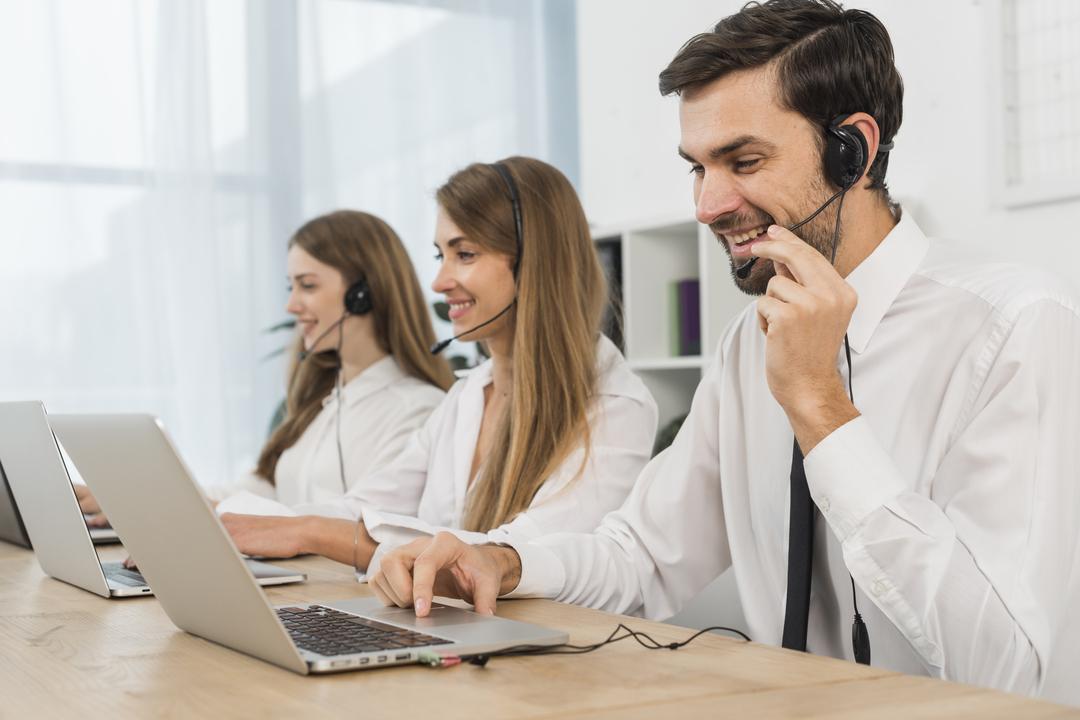 Fila de atendimento telefônico: imagem mostra funcionários de telemarketing, lado a lado, prestando atendimento telefônico