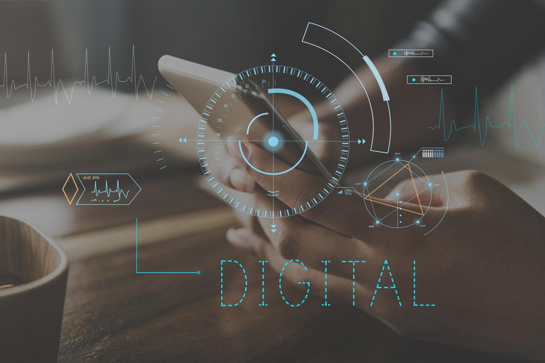 """Linha telefônica digital: imagem focada na mão de uma pessoa segurando um celular, com uma sobreposição de linhas ilustrativas com a escrita """"digital""""."""