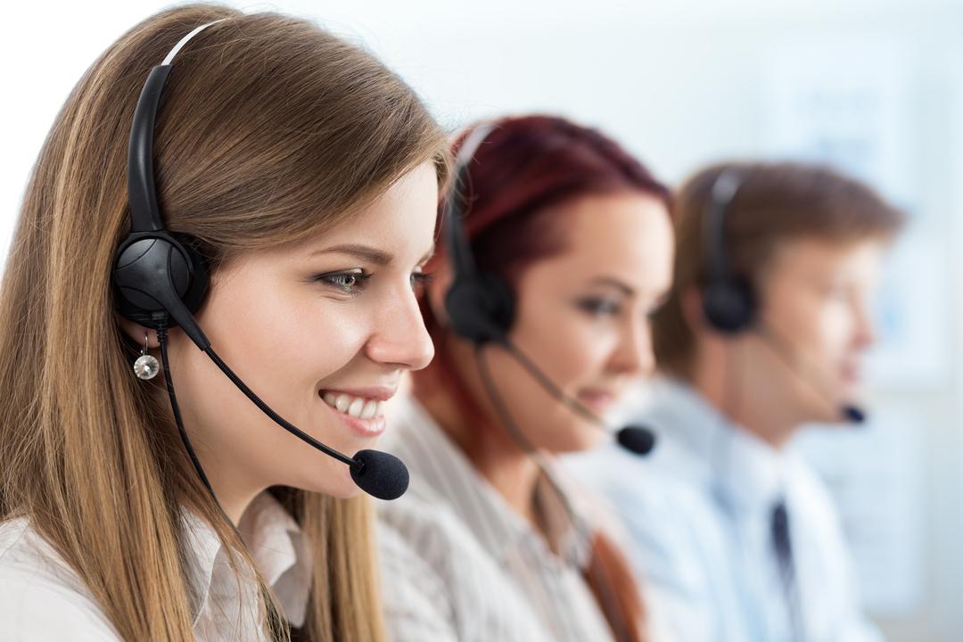 Operadora de telefonia: duas mulheres e um homem trabalhando com atendimento ao cliente em um call center.