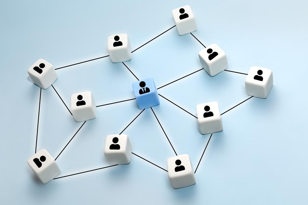 Gestão de empresas: imagem ilustrativa mostra fluxograma de silhuetas interligadas por linhas