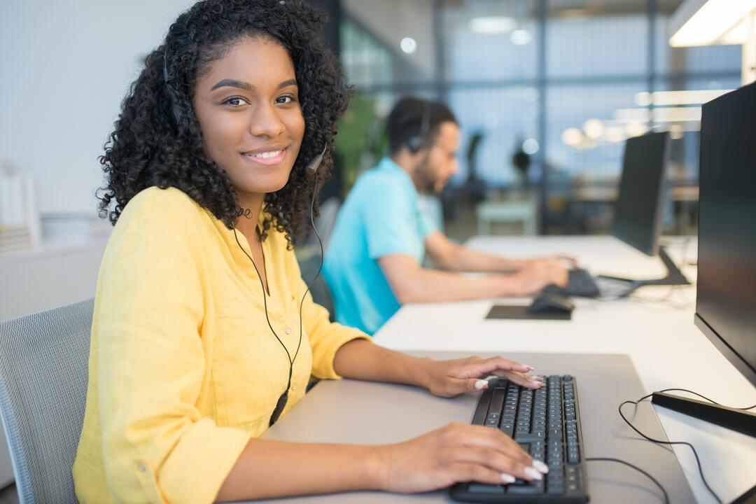 atendimento humanizado: mulher efetuando um atendimento telefônico em um escritório