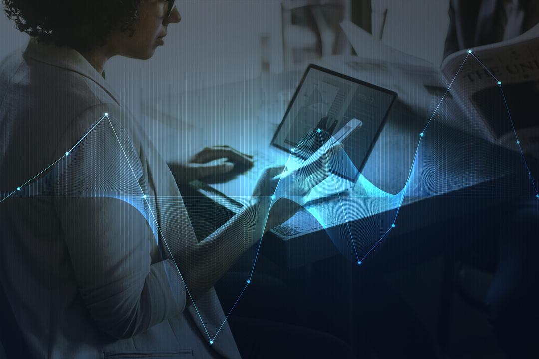 Telefonia digital: imagem lateral mostra mulher mexendo no computador e com celular na mão